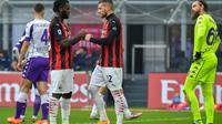 Frenck Kessie diberi semangat usai cetak gol penalti oleh Ante Rebic (AFP)