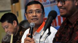 """Menteri Perindustrian, Saleh Husin (tengah) saat menjadi pembicara dalam sebuah diskusi di Jakarta, Sabtu, (2/4). Diskusi ini bertajuk """"Waspada Deindustrialisasi """". (Liputan6.com/JohanTallo)"""