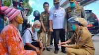 Wawako Palembang Fitrianti Agustinda mengedukasi pasangan suami istri (pasutri) yang ditemui duduk di pinggir jalan, untuk tidak melakukan aksi meminta-minta (Liputan6.com / Nefri Inge)