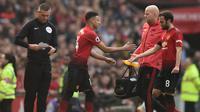Gelandang Manchester United (MU) Jesse Lingard menggantikan Juan Mata pada laga Liga Inggris di Old Trafford, Minggu (24/2/2019). (AFP/Oli Scarff)