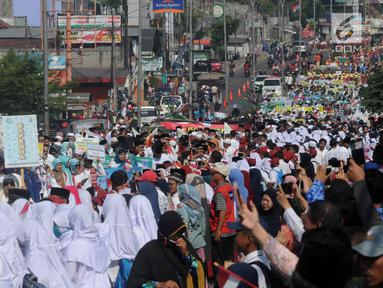 Ribuan warga menyaksikan pawai Musabaqah Tilawatil Quran (MTQ) ke-9 tingkat Kota Tangerang Selatan (Tangsel), Banten, Senin (17/9). Pawai dilakukan di sepanjang Jalan Siliwangi, Pamulang. (Merdeka.com/Arie Basuki)
