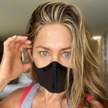 Jennifer Aniston mengenakan masker. (Instagram/ jenniferaniston)