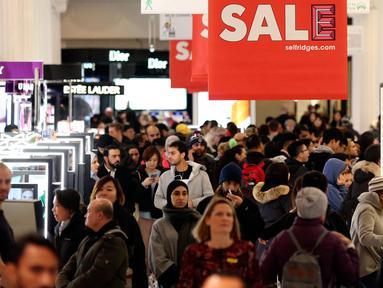 Para calon pembeli mencari barang murah selama Boxing Day di Selfridges, London, Rabu (26/12).  Pada Boxing Day ini, hampir semua toko yang memberikan pesta diskon diserbu para pembeli dan terjadi antrean panjang.  (Isabel Infantes/PA via AP)