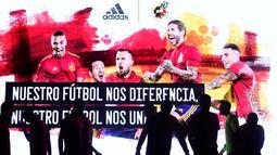 Para pemain Timnas Spanyol saat launching jersey baru di Las Rozas, Madrid, Spanyol, Rabu (13/11). Jersey baru tersebut untuk menyambut Piala Eropa 2020. (AFP/Oscar Del Pozo)