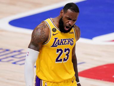 Pebasket Los Angeles Lakers, LeBron James, melakukan selebrasi usai menaklukkan Miami Heat pada gim keempat final NBA di Lake Buena Vista, Rabu (7/10/2020). Lakers menang dengan skor 102-96. (AP Photo/Mark J. Terrill)