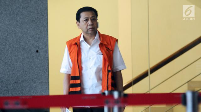 Terdakwa dugaan korupsi e-KTP, Setya Novanto bersiap meninggalkan Gedung KPK usai menjalani pemeriksaan, Jakarta, Rabu (3/1). Pada Kamis (4/1) besok, Setnov akan menjalani sidang lanjutan di Pengadilan Tipikor. (Liputan6.com/Helmi Fithriansyah)