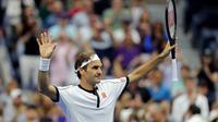 Roger Federer merayakan kemenangan atas Damir Dzumhur pada babak dua AS Terbuka di Arthur Ashe Stadium, Rabu (29/8/2019) atau Kamis dini hari WIB. (AFP/Elsa)