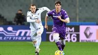 Striker Fiorentina, Dusan Vlahovic (kanan) menguasai bola dibayangi gelandang Spezia, Nahuel Estevez dalam laga lanjutan Liga Italia 2020/21 pekan ke-23 di Artemio Franchi Stadium, Jumat (19/2/2021). Fiorentina menang 3-0 atas Spezia. (LaPresse via AP/Jennifer Lorenzini)