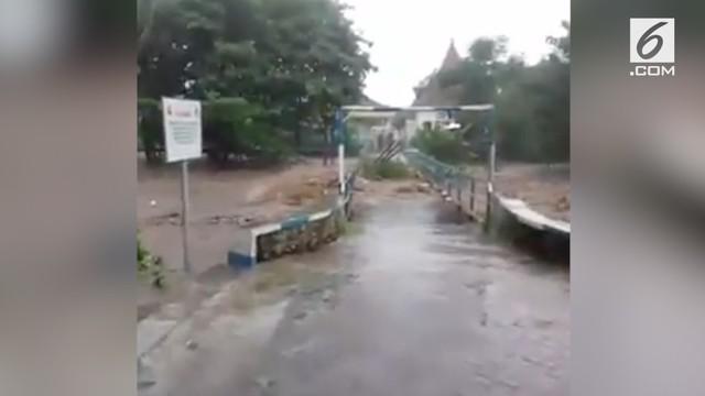 Terekam video saat jembatan penghubung dua desa putus di Jawa Timur putus akibat diterjang banjir.
