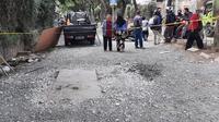 Dua jasad korban tewas di dalam lubang instalasi jaringan yang diduga milik Telkom di Jalan Raya Permata, Taman Royal, tangerang berhasil diangkat. (Liputan6.com/Pramita Tristiawati)