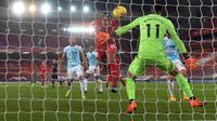 Bek Liverpool, Joel Matip ketika mencetak gol ke gawang Wolverhamption Wanderers pada laga lanjutan Liga Inggris 2020/2021, Senin (07/12/2020) dini hari WIB. (AFP)