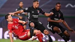 Penyerang Bayern Munchen, Robert Lewandowski, berebut bola dengan bek Olympique Lyon, Marcal, pada semifinal Liga Champions 2019/2020 di Estadio Jose Alvalade, Kamis (20/8/2020) dini hari WIB. Bayern Munchen menang 3-0 atas Lyon. (AFP/Franck Fife/pool)