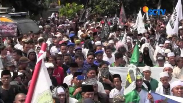 Aksi diakhiri dengan keliling Kota Tasikmalaya sambil menggalang dana dari masyarakat untuk membantu pengungsi Rohingya.