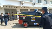 Polres Majalengka saat melakukan olah TKP di lokasi penembakan kontraktor proyek oleh terduga pelaku INA yang merupakan anak Bupati Majalengka Karna Sobahi. Foto (Liputan6.com / Panji Prayitno)