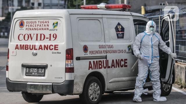 Tenaga kesehatan mengantarkan pasien Covid-19 ke RSD Wisma Atlet, Jakarta  (30/5/2021). Berdasarkan data Penerangan Kogabwilhan mencatat hingga hari ini jumlah pasien rawat inap di Tower 4, 5, 6, dan 7 mencapai 2.013 orang atau 33 persen dari kapasitas tempat tidur. (merdeka.com/Iqbal S. Nugroho)
