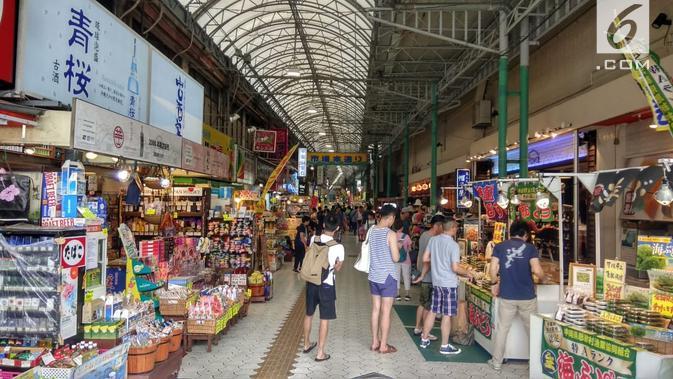 Okinawa punya Kokusai Street atau Kokusai Dori yang dalam bahasa Indonesia berarti Jalan International. Berlokasi di pusat Kota Naha, jalan sepanjang 1,6 kilometer ini menjadi destinasi wisata belanja utama di Okinawa. (Liputan6.com/ Ahmad Ibo)#source%3Dgooglier%2Ecom#https%3A%2F%2Fgooglier%2Ecom%2Fpage%2F%2F10000