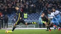 Striker Juventus, Cristiano Ronaldo, mencetak gol lewat tendangan penalti ke gawang Lazio pada laga Serie A di Stadion Olympic, Minggu (27/1). Juventus menang 2-1 atas Lazio. (AP/Claudio Peri)