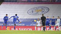 Gelandang Leicester City, Wilfred Ndidi saat mencetak gol ke gawang Chelsea pada pertandingan lanjutan Liga Inggris di Stadion King Power, Rabu (20/1/2021). Leicester City mengumpulkan 38 poin selisih satu poin dari peringkat dua Manchester United. (Michael Regan/Pool via AP)
