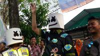 Topeng ala Dj Marshmello ini sebagai bagian dari polisi untuk menyadarkan masyarakat agar tertib berlalu lintas. (Liputan6.com/Felek Wahyu).