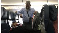 Demi Istrinya Bisa Tidur, Pria Ini Rela Berdiri Selama 6 Jam di Pesawat (Sumber: Twitter/@courtneylj_)