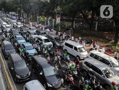 Kendaraan terjebak kemacetan di kawasan Jalan Thamrin dan Merdeka Barat, Jakarta, Senin (2/12/2019). Sejumlah ruas jalan di Jakarta mengalami kemacetan parah akibat aksi reuni 212 di kawasan Monas. (Liputan6.com/Faizal Fanani)