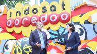 Chief Technology and Information Officer Indosat Ooredoo Medhat Elhusseiny dan Director Cisco Sytems Indonesia, Meygin Agustina, di depan kantor pusat Indosat Ooredoo (Foto: Indosat Ooredoo).