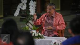 Mantan Presiden RI Susilo Bambang Yudhoyono (SBY) memberikan kata sambutan di kediaman pribadinya Puri Cikeas, Bogor, Kamis (27/8/2015). Di Puri Cikeas, SBY mengundang para pemimpin media dalam acara silaturahmi. (Liputan6.com/Faizal Fanani)