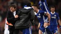 Manajer Chelsea, Antonio Conte (kiri) melakukan selebrasi bersama anak asuhnya usai pertandingan kontra Stoke City, di Bet365 Stadium, Stoke-on-Trent (18/3/2017). Conte mengaku melakukan perjudian terkait formasi pemain.  (AFP/Oli Scarff)
