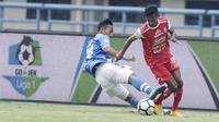 Gelandang Persib Bandung, Agung Mulyadi, menghadang pemain Arema FC, Ricky Ohorella, pada laga Liga 1 di Stadion GBLA, Jawa Barat, Kamis (13/9/2018). Persib menang 2-0 atas Arema FC. (Bola.com/M Iqbal Ichsan)