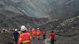 Tim penyelamat berusaha menemukan korban selamat setelah tanah longsor melanda tambang batu giok di Hpakant, Kachin, Myanmar, Kamis (2/7/2020). Para penambang sedang mengumpulkan batu-batu saat longsor terjadi. (Handout/MYANMAR FIRE SERVICES DEPARTMENT/AFP)