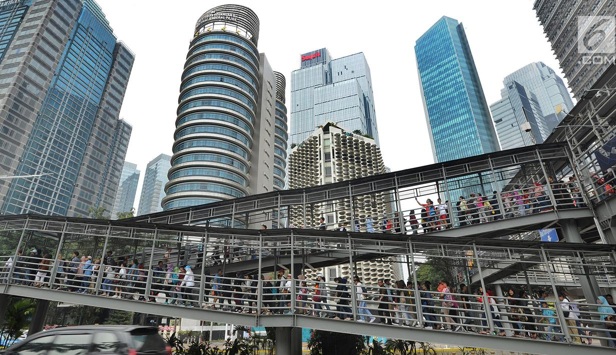 Calon penonton rela antre hingga Halte Bus Transjakarta Senayan untuk mengikuti Closing Ceremony Asian Games 2018 di Stadion GBK, Jakarta, Minggu (2/9). Mereka rela antre sejak pukul 08.00 pagi. (merdeka.com/Arie Basuki)