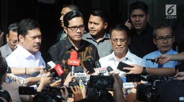 Jaksa Agung Muda bidang Intelijen Jan S Maringka (kiri) dan Jaksa Agung Muda Pengawasan Muhammad Yusni (kedua kanan) memberikan keterangan usai penyerahan tersangka OTT  Jaksa di Kejari Surakarta, Satriawan Sulaksono di Gedung KPK, Jakarta, Rabu (21/8/2019). (merdeka.com/Dwi Narwoko)