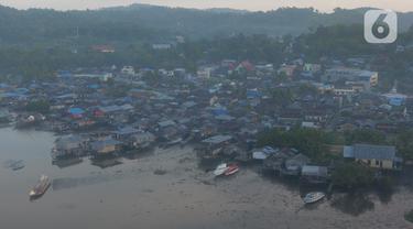 Salah satu pulau yang  terletak di kota Sorong, Papua Barat, Kamis (21/11/2019). Kota Sorong merupakan kota terbesar kedua di Papua, suasana kota Sorong sangat ramai dan memiliki beberapa pulau di kabupaten Sorong. (Liputan6.com/Herman Zakharia)