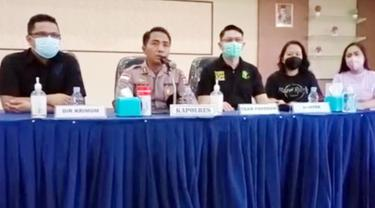 Tim Forensik Polda Sulut bersama Kapolres Kepulauan Sangihe AKBP Tony Budhi Susetyo menggelar konferensi pers terkait penyebab utama kematian Wakil Bupati Sangihe.