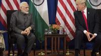 PM India, Narendra Modi, berbincang dengan Presiden Amerika Serikat, Donald Trump, saat berada di KTT G7 di Prancis, Senin, 26 Agustus 2019. (AFP)