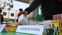 Badan Pengawas Obat dan Makanan (BPOM) bersama Bareskrim POLRI dan Polsek Teluk Naga menggerebek tiga toko kosmetik, 1 toko obat dan 1 rumah tinggal di Kecamatan Kosambi Tangerang, Banten. (Foto: Humas BPOM)