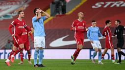 Gelandang Manchester City, Ilkay Gundogan (kedua dari kiri) kecewa usai gagal mencetak gol dari eksekusi penalti ke gawang Liverpool dalam laga lanjutan Liga Inggris 2020/21 pekan ke-23 di Anfield Stadium, Minggu (7/2/2021). Manchester City menang 4-1 atas Liverpool. (AFP/Jon Super/Pool)