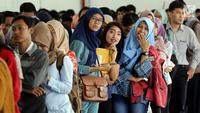 Peserta mengantre untuk pendaftaran ulang ujian CPNS Kementerian Kelautan dan Perikanan (KKP) di Jakarta, Minggu (8/10). Pembukaan lowongan CPNS ini dalam rangka mengisi kekosongan 41 jabatan pada Kantor Pusat dan UPT di KKP. (Liputan6.com/Johan Tallo)