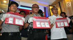 Polisi menunjukkan barang bukti 1,3 kg sabu-sabu pada rilis narkoba di PatwalSimpanglima Semarang, Minggu ( 17/3). Unit Satuan Narkoba Polsek Pedurungan Semarang menangkap kurir narkoba di Perumahan Plamongan Hijau Semarang. (Liputan6.com/Gholib)