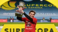 Pelatih Athletic Bilbao, Marcelino Garcia Toral mengangkat trofi Piala Super Spanyol usai pertandingan final melawan Barcelona di stadion La Cartuja di Seville, Senin (18/1/2021). Bilbao pernah juara Piala Super Spanyol  pada tahun 1984 dan terakhir 2015. (AFP/RFEF/Pablo Garcia)