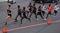 Sejumlah atlet bersaing dalam lari maraton di bawah 2 jam pada event Breaking2 di Sirkuit Monza, Italia, Sabtu (6/5). Breaking2 sendiri adalah inovasi NIKE untuk menembus batas waktu 2 jam dalam sebuah marathon. (AP Photo/Luca Bruno)
