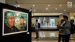 "Pengunjung melihat lukisan dalam pameran seni rupa ""Sang Maha Guru"" karya pelukis Nabila Dewi Gayatri di Jakarta, Kamis (22/11). Pameran tersebut berlangsung dari tanggal 22-30 November 2018. (Merdeka.com/Iqbal Nugroho)"