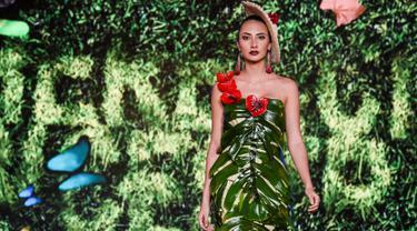 Seorang model memperagakan busana rancangan desainer Kolombia, Lina Palacios selama BioFashion Show di Cali  pada 17 November 2018. Ajang ini menampilkan gaun-gaun unik yang terbuat dari tanaman hidup, bunga dan unsur organik lain. (Luis ROBAYO/AFP)