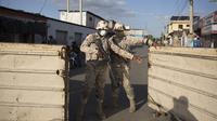 Tentara menjaga perbatasan bersama antara Republik Dominika dan Haiti setelah ditutup ketika Presiden Haiti Jovenel Moise ditembak mati oleh kelompok bersenjata di rumah pribadinya, di Dajabon, Republik Dominika, Rabu (7/7/2021). (Erika SANTELICES / afp)