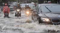 Kendaraan motor menerobos banjir di kawasan Kemang, Jakarta Selatan, Rabu (26/4). Akibat hujan deras, kawasan di Jalan Kemang kembali tergenang air. (Liputan6.com/Yoppy Renato)