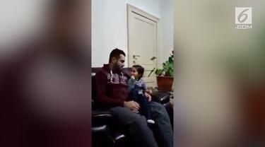 Seorang balita cilik tak ragu-ragu mengkoreksi sang ayah saat membaca ayat suci Al Quran. Aksi sang balita pun menuai pujian.