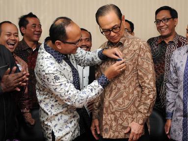 Rosan P Roeslani (kedua kiri) memasang pin ke ketua umum  Kadin saat Pendaftaran dirinya sebagai ketum kadin di Menara Kadin, Jakarta, (16/11/2015). Pemilihan Ketua Umum akan berlangsung pada tanggal 22-24 November 2015. (Liputan6.com/Helmi Afandi)