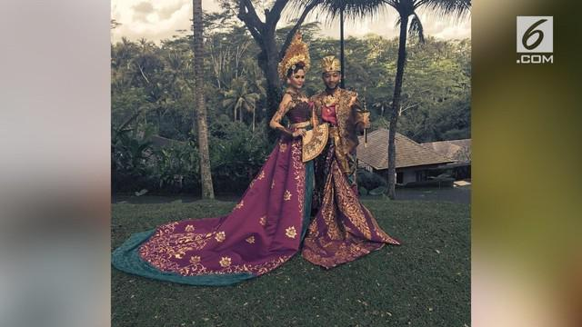 John Legend tak hanya memamerkan fotonya saat belibur di Bali. Ia dan istrinya juga mengenakan baju khas Bali lengkap.