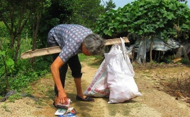 Untuk menghidupi dirinya dan bayi yang ditemukannya, wanita ini bekerja sebagai penjual sayur dan mengumpulkan barang bekas/copyright viral4real.com