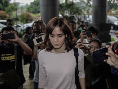 Model yang juga artis, Renata Kusmanto bergegas memasuki Kejaksaan Negeri Jakarta Selatan, Kamis (19/4). Dengan mobil terpisah, Renata mendampingi suaminya, Fachri Albar yang hari ini kasus narkobanya dilimpahkan ke Kejari. (Liputan6.com/Faizal Fanani)